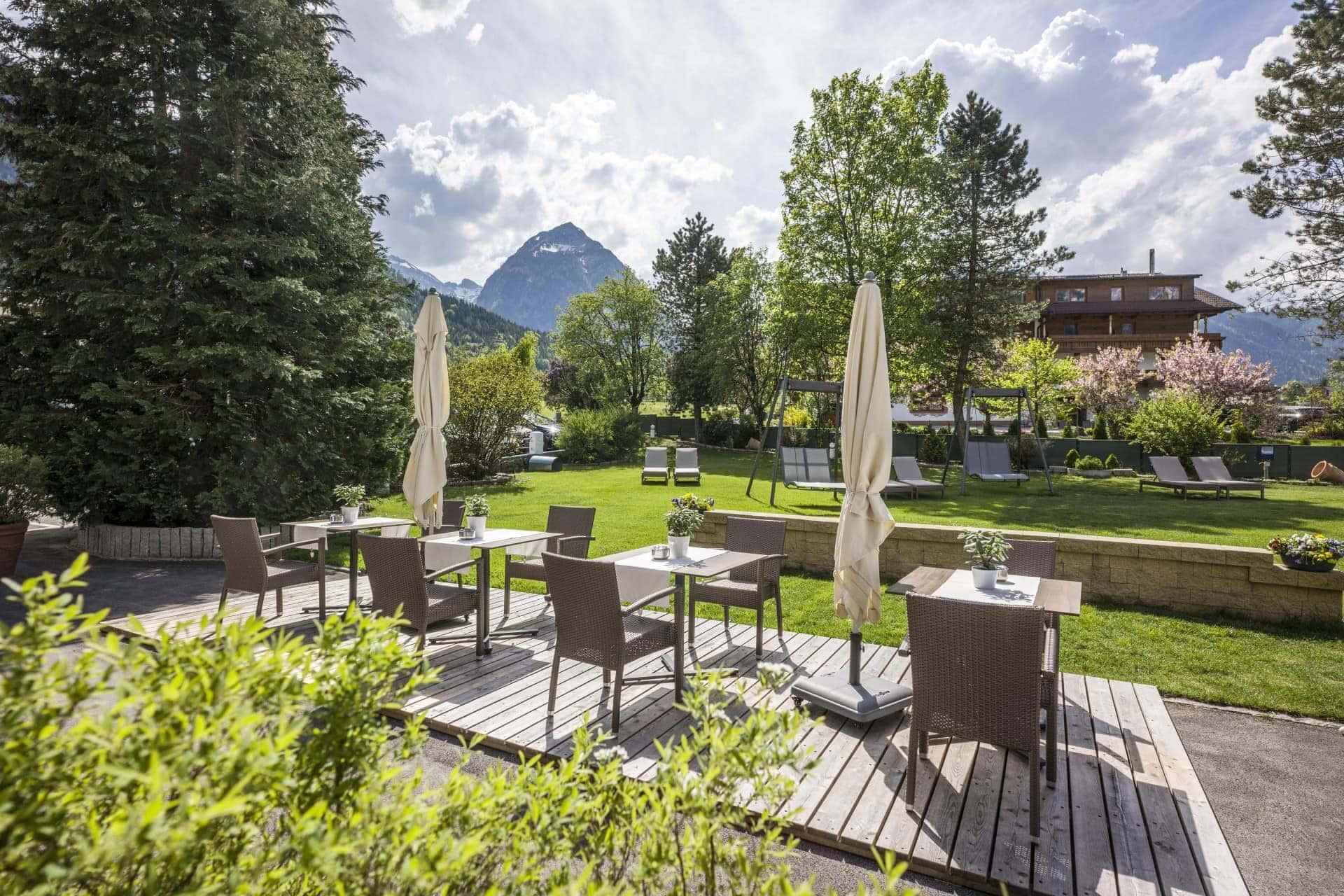 Hotel Auszeit Pertisau 05 2018 Cafetische hinten 1